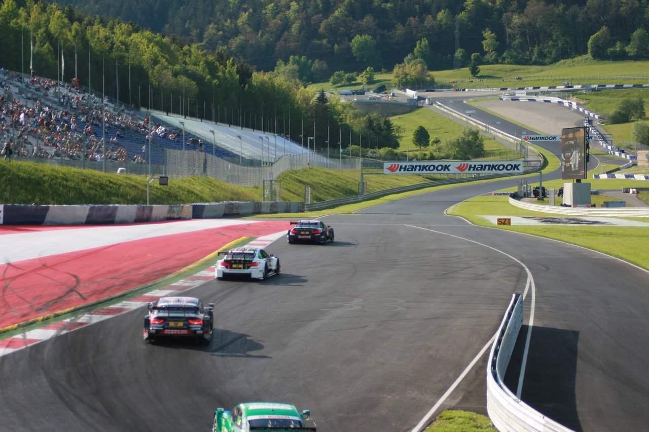 car-racing-1528136_1280