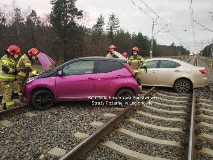 Uliczny wyścig zakończył się na trakcji kolejowej – tego nie powielaj!