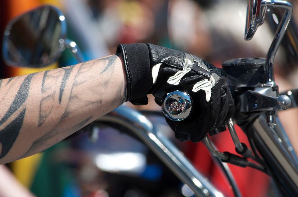 Rękawice dla kierowców wyścigowych – jak wybrać najlepsze?