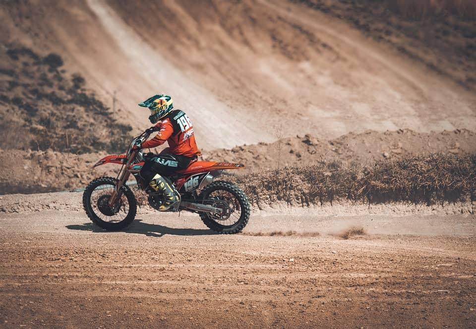 Wyścigi motocyklowe w terenie dla amatorów – jakich zawodów możesz szukać?